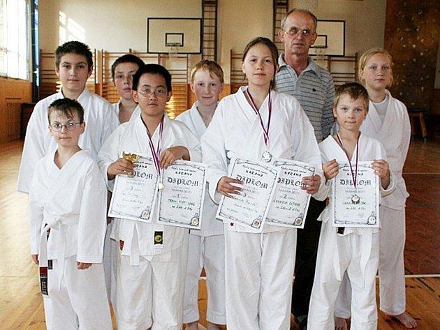 V popředí s trofejemi tři mladí medailisté z Mariánských Lázní. Zleva Dominik Tran Viet Hung, Gabriela Kupcová a Ludvík Mašek.