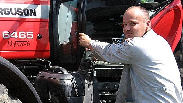 Traktorista připravuje svůj stroj před výjezdem na pole