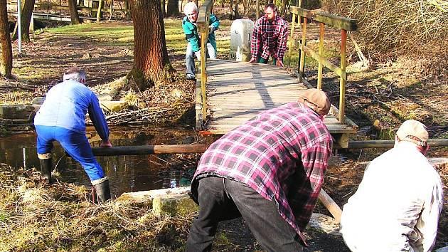 HRANIČTÍ MUŽI se pustili do opravy lávky na trojstátí, kterou odplavila povodeň. Obyvatelé města se v hojném počtu zúčastnili jarní brigády na zajímavé turistické trase.