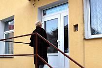HLEDAJÍ INFORMACE! Občané, pokud jdou náhodou okolo chebské pohotovosti, zastaví se u dveří. Často doufají, že  na nich naleznou leták s informacemi o změnách. Doufají marně.