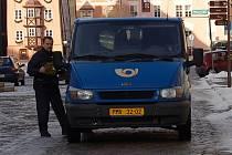 DORUČOVÁNÍ VÁZNE. I když používá Česká pošta k doručování zásilek automobily, čekal zákazník z Mariánských Lázní dlouhých patnáct dnů na vánoční pozdrav.