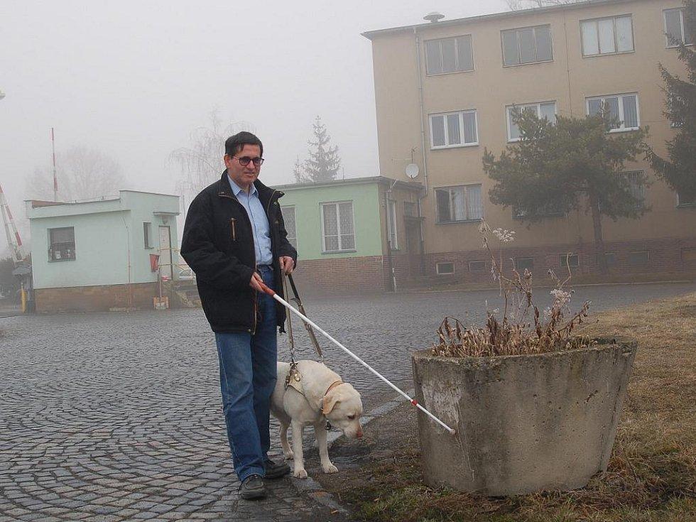 Nevidomý Emil Miklóš z Mariánských Lázní se přesně před osmi lety seznamoval a začínal spolupracovat se svým vodícím psem – fenkou labradorského retrievera, která se honosí jménem Coffee.