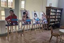 Výstava k pěstounské péči v chebské knihovně.