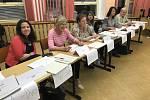 Volební komise ve 14. chebském volebním okrsku.