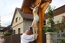 Kříž posvětil emeritní plzeňský biskup František Radkovský.