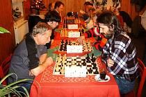 ŠACHOVÝ turnaj ve Velké Hleďsebi. Vpravo vpředu je celkový vítěz mezi dospělými Jan Turner z Tachova, vedle něj je Jaroslav Tiller z Chebu, který skončil na druhém místě.