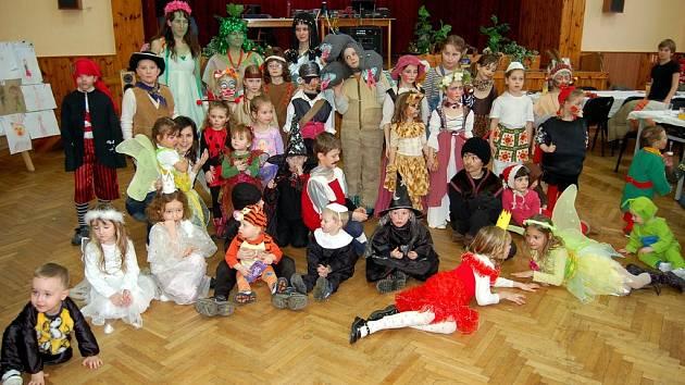 Účastníci karnevalu v Dlouhém Újezdě
