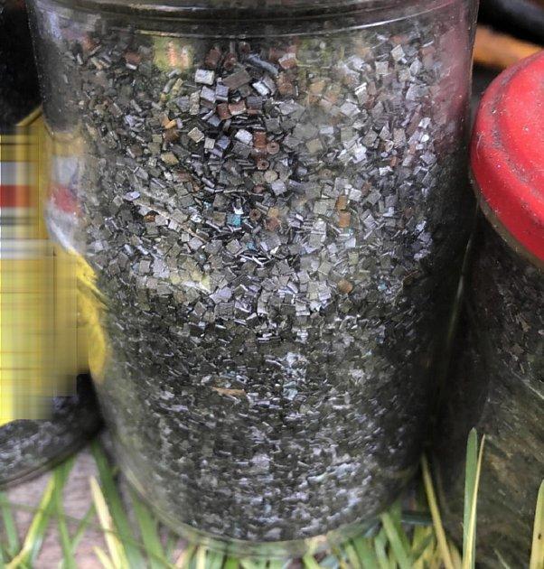 Střelný prach nalezený ve sklepě vpěti zavařovacích sklenicích.