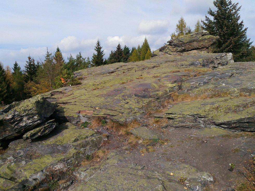 Přírodní památka Vysoký kámen se nachází mezi Kraslicemi a Luby.
