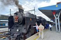 Z příjezdu historického vlaku na nádraží Cheb.