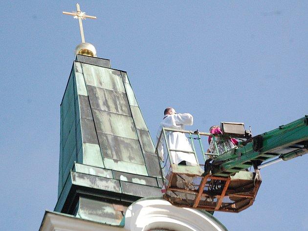 Z VYSOKOZDVIŽNÉ PLOŠINY požehnal nově zrestaurovanému kříži velmistr J. M. Josef Šedivý.