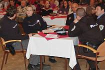 Veřejné jednání zastupitelstva města Františkovy Lázně se  opět v třeskuté atmosféře odehrálo  ve zcela zaplněném  sále místního Společenského domu. Jeden stůl určený pro občany dokonce obsadili policisté (tři strážníci a dva příslušníci státní policie).