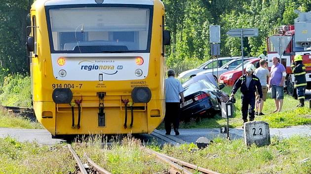 Vlak smetl automobil z přejezdu v Aši.