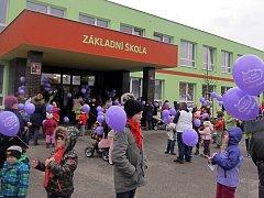 AKCE VYPOUŠTĚNÍ balonků Ježíškovi se v Dolním Žandově uskutečnila už potřetí. Tentokrát k nebi poslali 193 balonků. Pak se všichni přesunuli do tělocvičny, kde na ně čekaly soutěže.