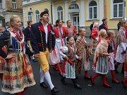 MARIÁNKY PATŘILY FOLKLORU. Mezinárodní folklorní festival Mariánský podzim se tradičně uskutečnil v Mariánských Lázních. Kromě vystoupení na kolonádě nebo v anglikánském kostele měli místní i hosté možnost spatřit krásu lidových krojů při průvodu městem.