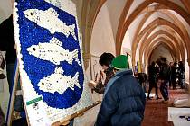 Křížová chodba františkánského kláštera v Chebu se proměnila v galerii.  Až do 13. ledna ji budou zdobit znaky měst a obcí, které žáci čtyřiatřiceti základních škol Karlovarského kraje vyrobili z odpadového materiálu.