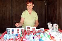 VELIKONOČNÍ TRHY SKONČILY. Na odbyt šla nejvíce batikovaná vejce, pochvalovala si prodejkyně Ludmila Přibylová.