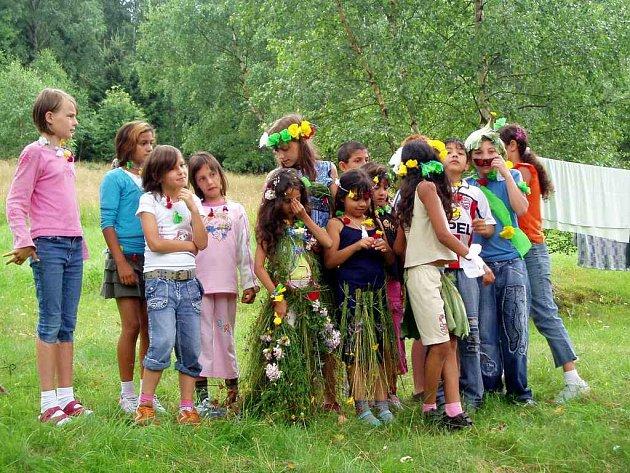 Květinami ozdobené chebské děti na táboře v Kraslicích si právě připomínají Havaj