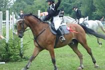Studentka Hotelové školy z Mariánských Lázní a zároveň také populární zpěvačka Jana Kociánová se účastnila republikových závodů Mistrovství mladých jezdců v parkuru v Sobotce v Českém ráji.