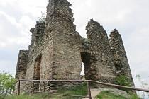 ZNĚLCOVÝ VRCH VYZAŘUJE NEJVÍCE POZITIVNÍ ENERGIE. Vyhaslá sopka Andělská hora u Karlových Varů se zříceninou hradu prý pomáhá uklidňovat příchozí návštěvníky.