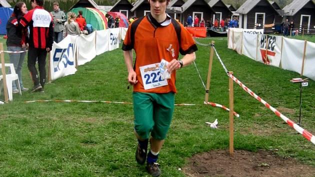 Mariánskolázeňský junior Tomáš Kamaryt přibíhá do cíle téměř dvacetikilometrového závodu v orientačním běhu.