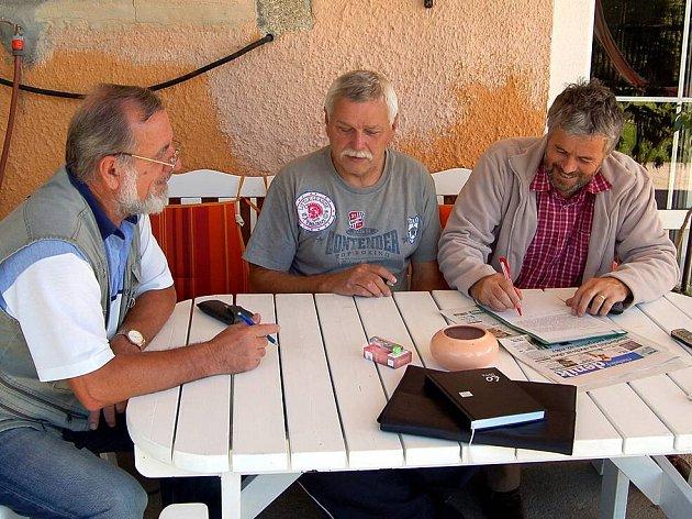 PODPOŘILI! Petici občanů podpořili i Rudolf Trachta z Hazlova (na snímku vlevo)  a starosta Hazlova Josef Týzl (vpravo). Podepsali ji mezi prvními. Na snímku s tvůrcem petice Jaroslavem Gregorem (uprostřed).