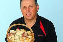S plným košíkem hub čirůvek májovek a pečárek (žampionů) se pochlubil chebský mykolog Jiří Pošmura.