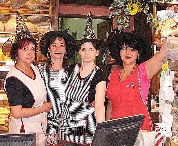 Pekařky Hanka, Jana, Daniela a Marie (na snímku zleva) obsluhovaly v kouzelnickém oblečení.