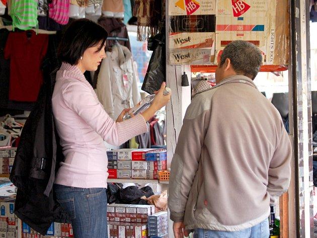 VIETNAMSKÝ trhovec ve svém stánku na Svatém Kříži nenabízel včera pouze oblečení a obuv, ale zkoušel  prodat redaktorce Chebského deníku (na snímku) také litrovou láhev tvrdého alkoholu a becherovky za osm euro.