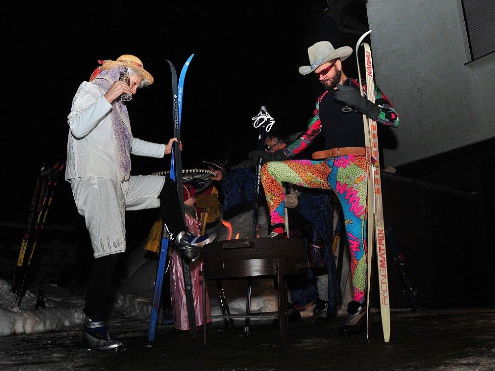 RODINA ŽÁKOVA Z AŠE si ve stylovém oděvu připila na nový rok a odjela slavit na běžkách.