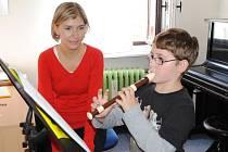RAZ, DVA zní z úst učitelky Evy Jandové, když učí devítiletého Tomáše v ašské ZUŠ půlové noty na zobcovou flétnu.