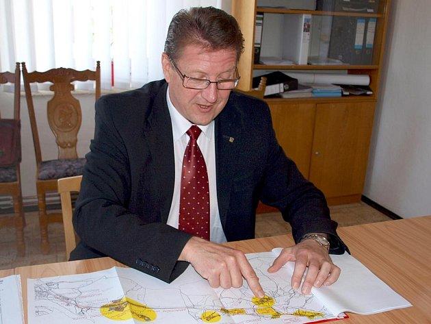 Místostarosta obce Pomezí nad Ohří František Jandík ukazuje, kde kanalizace povede.