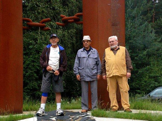 Ladislav Kalous (vlevo) z australského Brisbane, jeho bratr Karel (uprostřed) a chebský historik Václav Jiřík u Pomníku obětem železné opony