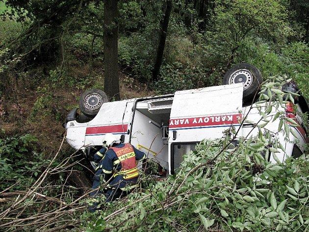 Řidič sanity se vyhýbal vozu u krajnice silnice mezi Mezirolím a Novou rolí.