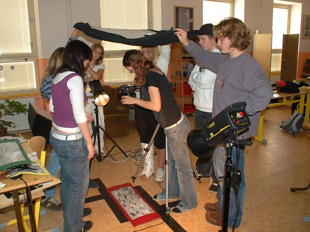 STUDENTI SE PŘIPRAVUJÍ na den otevřených dveří. Mladí fotografové z Mariánských Lázní už teď chystají fotogramy, kterými se pochlubí návštěvníkům školy.