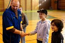Trenér několika mariánskolázeňských basketbalových družstev Roman Gezo odměňuje v přestávce ligového zápasu malé fanoušky.