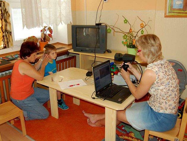 Hlavní sestra Anna Valečková právě vyšetřuje zrak v jedné z chebských mateřských škol