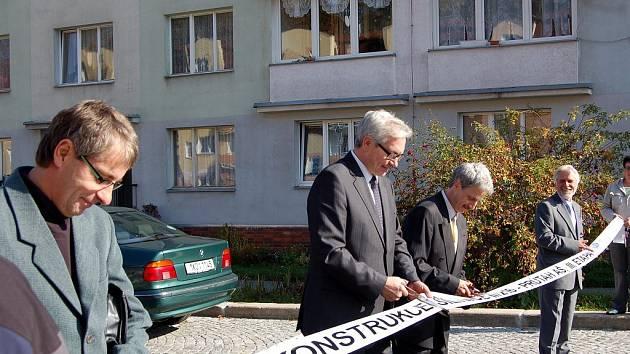 Slavnostního přestřižení pásky na rekonstruovaném úseku Hlavní ulice v Aši se účastnil také hejtman Karlovarského kraje Josef Pavel