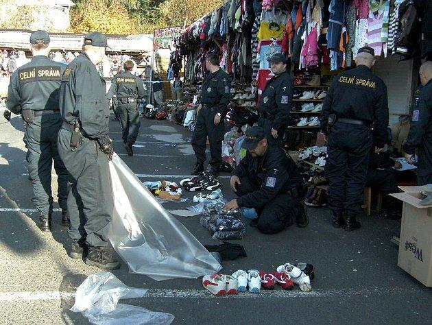 Celníci kontrolují zboží na vietnamské tržnici Lipový dvůr v Aši