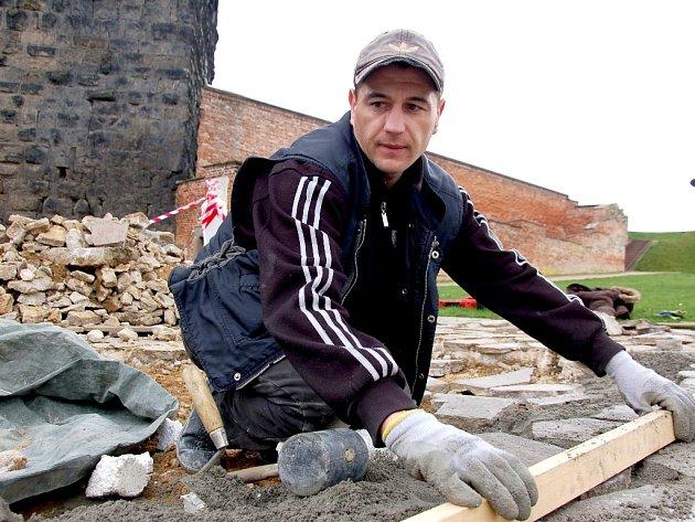 Dlážděný povrch nádvoří v těchto dnech předělávají pracovníci ze společnosti Algon na chebském hradě. Opravy se dočkají všechna rozbitá místa.