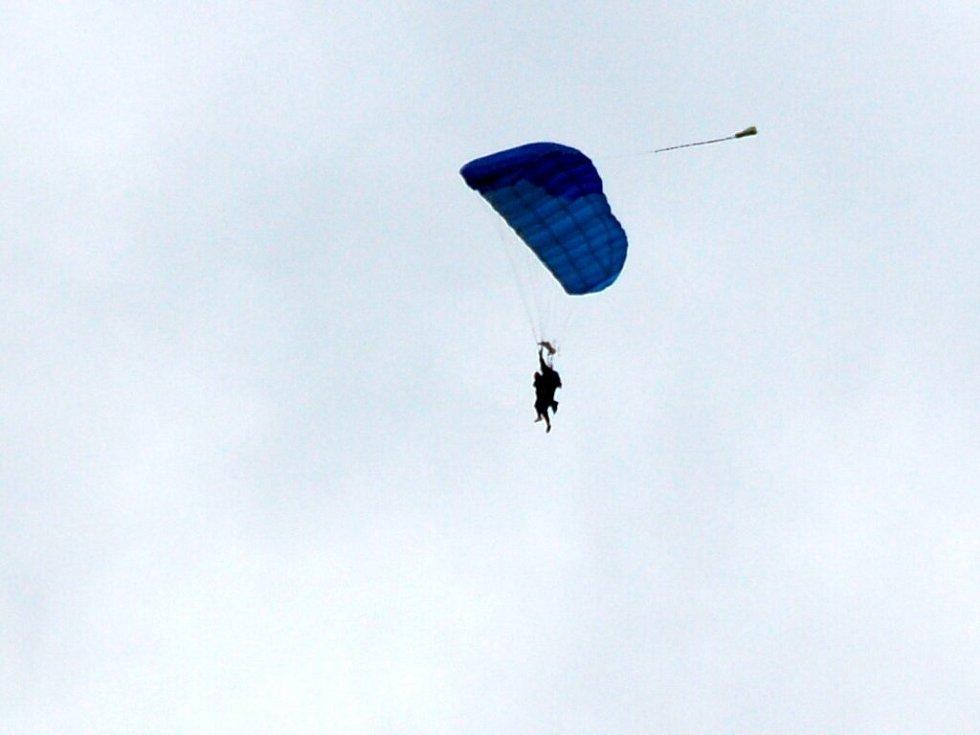 Letecký den v Chebu. Neděle 24. srpna 2008. Chebský starosta Jan Svoboda se snáší z oblaků na tandemovém padáku