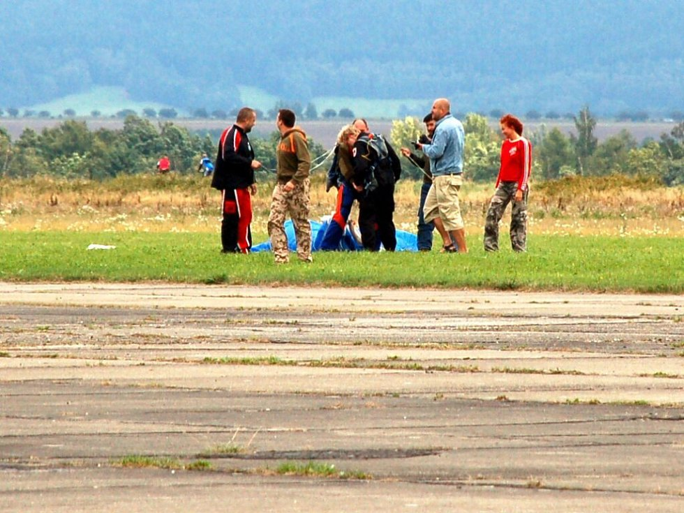 Letecký den v Chebu. Neděle 24. srpna 2008. Chebský starosta Jan Svoboda právě v pořádku přistál