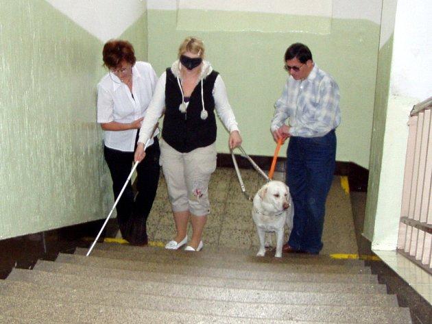 STUDENTI CHEBSKÝCH STŘEDNÍCH ŠKOL nikdy neodolají, když mají příležitost vyzkoušet si chůzi se zakrytýma očima s pomocí vodícího psa. Emil Miklóš (vpravo), majitel fenky Cofee, pořádá pravidelně pro středoškoláky přednášky o životě nevidomých spoluobčanů.