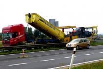 OPRAVY na rychlostní komunikaci R6 v současné době komplikují dopravu.