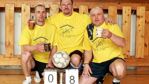NEJLEPŠÍ  trojice kynžvartského turnaje v nohejbalu: Krůta, Kačírek a Kuna (zleva).