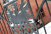 BRÁNU U FRANTIŠKÁNSKÉHO náměstí zdobí chebský městský znak.