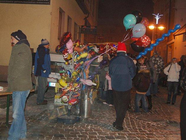 POŠTOVNÍ NÁMĚSTÍ v Aši se zaplnilo na Nový rok lidmi. Jako tradičně se tady konal novoroční ohňostroj s doprovodným programem.