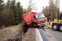 NA SILNICI 1/64 od Hazlova na Aš došlo k nehodě nákladního automobilu s návěsem. 22letý řidič se po projetí levotočivé zatáčky lekl protijedoucího auta a skončil i se soupravou mimo vozovku.