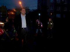 """""""NEEXISTUJÍCÍ PŘECHOD a ranní tma, to je vražedná kombinace,"""" ukazuje mariánskolázeňský zastupitel Miloslav Vrána (na snímku) před Základní školou Jih v Mariánských Lázních."""