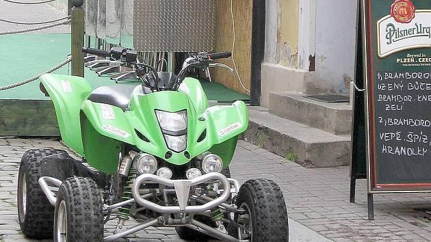 JEZDÍ VŠUDE. Také u chebského náměstí Krále Jiřího se jeden z majitelů motorové čtyřkolky rozhodl, že si postaví stroj přímo před vchod do restaurace. Sem má vjezd povolen jen dopravní obsluha.